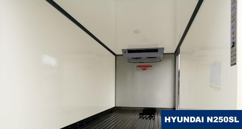 Bên trong thùng đông lạnh xe tải Hyundai N250SL 2t5