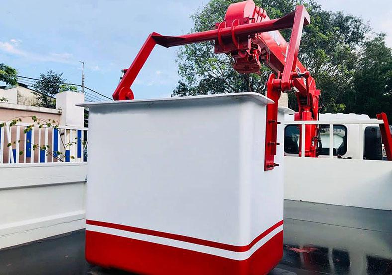 Xe tải gắn cẩu có rổ nâng người để thi công