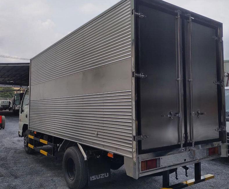 Thùng kín inox xe tải ISUZU 2.4 tấn nhìn từ phía sau, tuyệt đẹp.