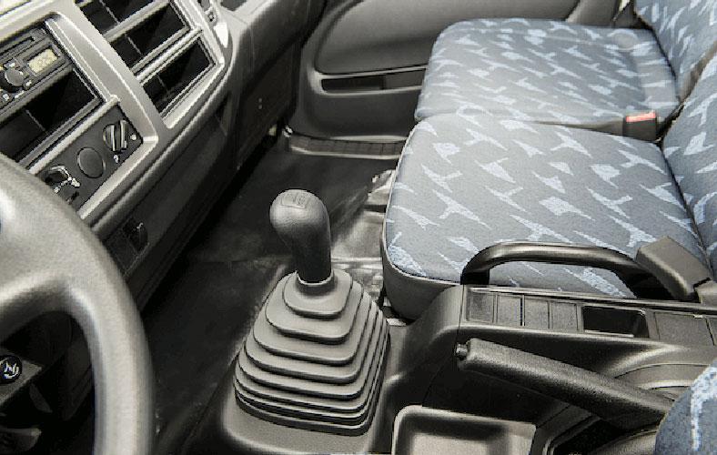 Khoang cabin tiện nghi, cần số trên xe tải HINO 500 tải trọng chở 6t4 đến 16t
