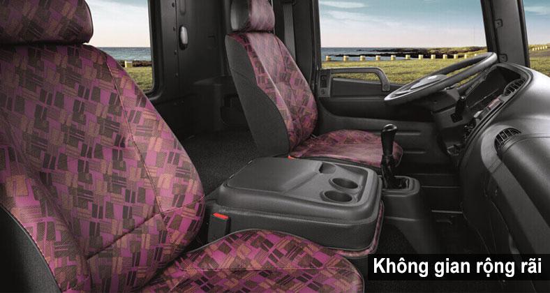 Không gian rộng rãi, 3 ghế ngồi + 1 giường thỏa mái trên xe HD240 tải trọng 15 tấn