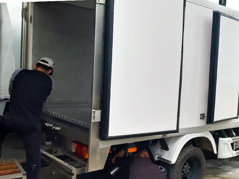 Thợ hoàn thiện thùng xe đông lạnh