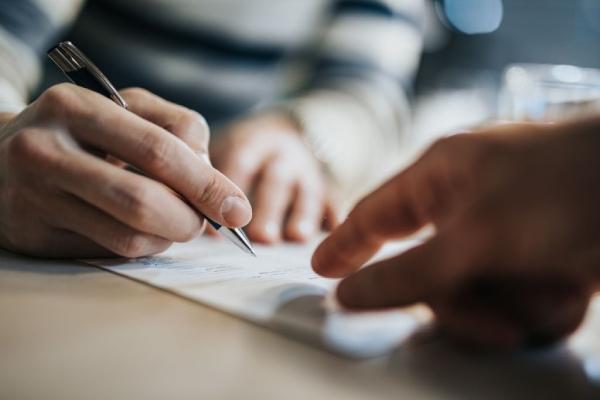 Trước khi ký kết hợp đồng, phải đọc kỹ các mục chi tiết để không phát sinh bất cứ vấn đề gì sau khi mua xe.