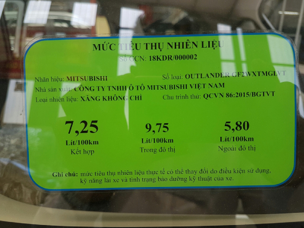 Nhãn mức tiêu thụ nhiên liệu được gắn trên xe tải Fuso
