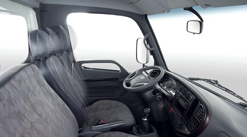 Khoang cabin tiện nghi với 03 ghế da cao cấp